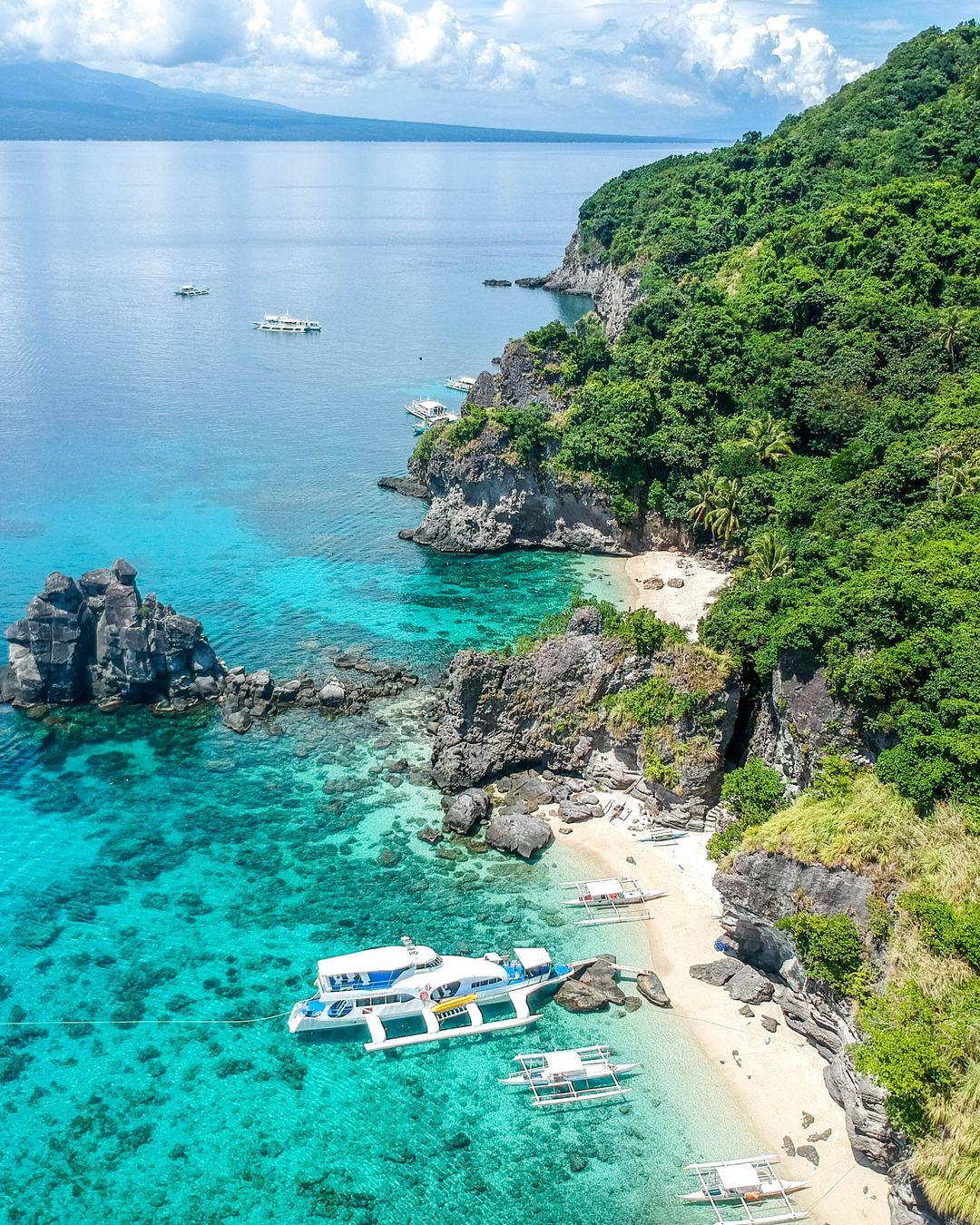 Acantilados de la isla de Apo en Visayas