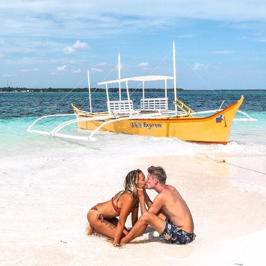 pareja en su viaje de luna de miel en Siargao
