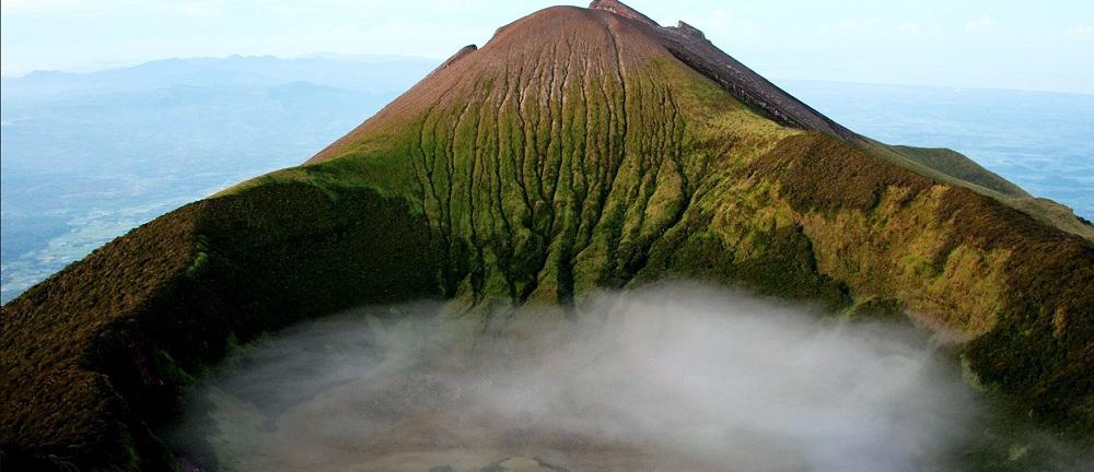 Vista del volcan Kanalon entre los volcanes de Filipinas