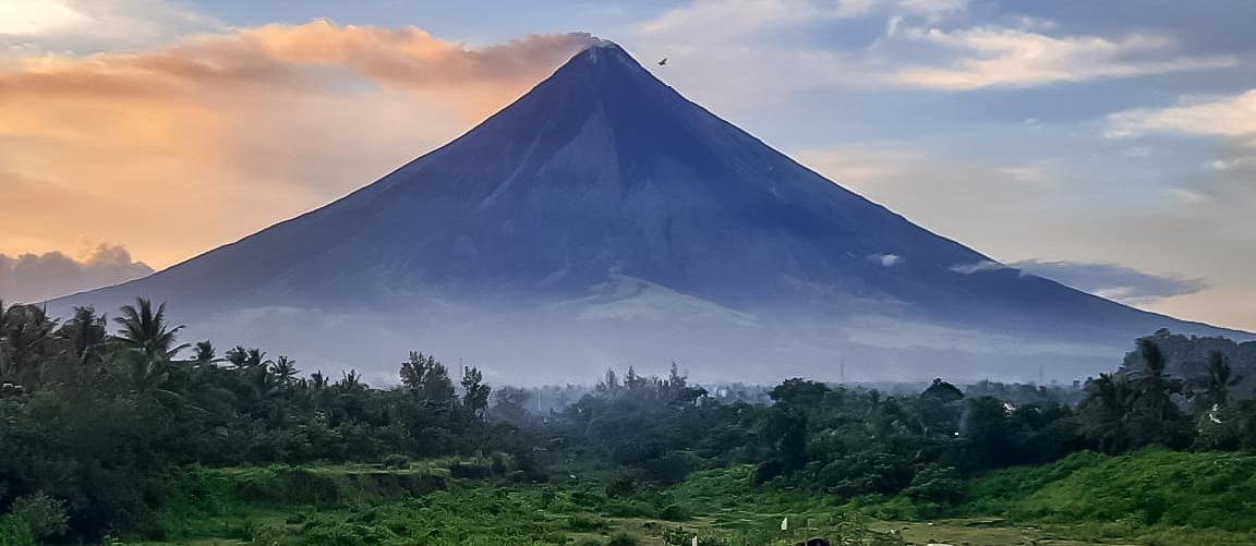 Vista del volcan Mayon entre los volcanes de Filipinas
