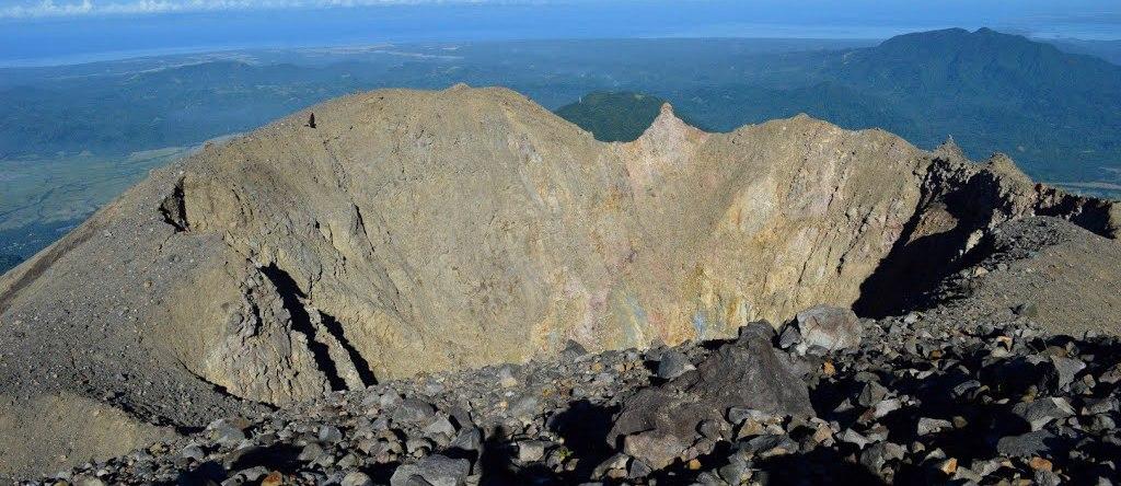 Vista del volcan Bulusan entre los volcanes de Filipinas