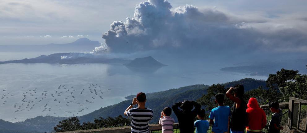 Vista del volcan Taal entre los volcanes de Filipinas
